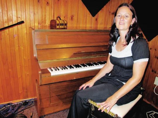 Mev. Laurika Steenkamp wat Cool Classic Kidz op die been gebring het. Hier is sy in haar ateljee, Music@Work, by haar huis in Doordekraal. Foto: Marilize Hansen